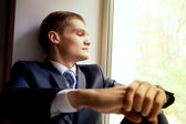 Joven sentado en novia espera alféizar de la ventana — Foto de Stock