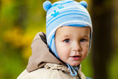 Parkta küçük oğlu — Stok fotoğraf