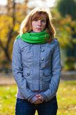 Portrét krásné mladé ženy - venku — Stock fotografie