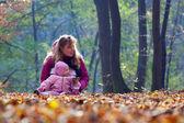 可爱的小宝宝和妈妈在公园 — 图库照片