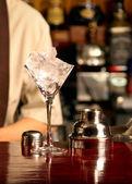 Ledový koktejl na dřevěný bar — Stock fotografie