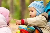Ritratto del piccolo ragazzo e ragazza con madre — Foto Stock