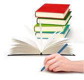 Mão com caneta de escrever em papel e pilha de ilustração vetorial de livro — Vetor de Stock