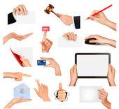 Conjunto de mãos segurando objetos de negócios diferentes. ilustração vetorial — Vetorial Stock