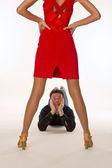Man vrouw omhoog kijken — Stockfoto