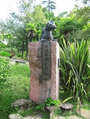 Chinesse dragon monument in park — Stock Photo