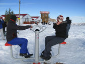 Dos chicas de entrenamiento sobre el aparato de esquí de invierno — Foto de Stock