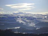 Kaukasus bergen under stor sol och moln — Stockfoto