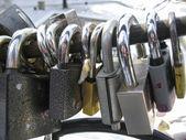 Boda cerrada candados en el mango del puente — Foto de Stock