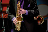 Saxophonist plays on saxophone — Stock Photo
