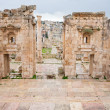View through antique Artemis temple in ancient city  Gerasa to modern Jerash - Lizenzfreies Foto