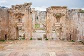 View through antique Artemis temple in ancient city Gerasa to modern Jerash — Stock Photo