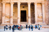 Tourists near gate of Treasury Monument in antique city Petra — Stock Photo
