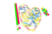 Crayons, punaise et trombones — Photo