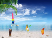 Tropical beach and drinks — Stock Photo