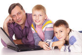 Dad and sons with laptop — 图库照片