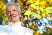 老男人在秋天公园 — 图库照片