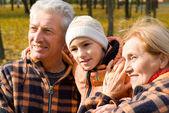 Mor-och farföräldrar med barn på natur — Stockfoto