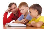 Pai e filhos a ler — Fotografia Stock