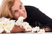 老女人与鲜花 — 图库照片
