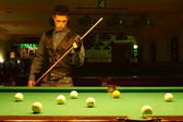 Guy plays billiards — Stockfoto