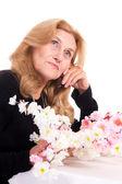 花と幸せな老婦人 — ストック写真