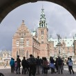 Hillerod, denmark: tourists at frederiksborg castle — Stock Photo