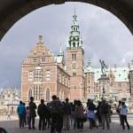Hillerod, denmark: tourists at frederiksborg castle — Stock Photo