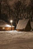Houten huis in hout in de winter — Stockfoto
