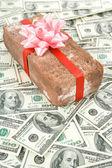 Eşek şakası hediye ve dolar — Stok fotoğraf