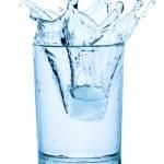 chapoteo del cubo de hielo en un vaso de agua — Foto de Stock