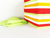 кучу белья кухонные полотенца на столе — Стоковое фото