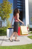 购物者女人下来摩天大楼 — 图库照片