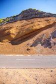 Carretera y pared de tierra — Foto de Stock