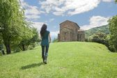 Chůze na santa cristina de lena kostel — Stock fotografie