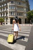El paso de peatones paseando con una maleta de mujer — Foto de Stock