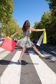 快乐购物者在人行道上 — 图库照片