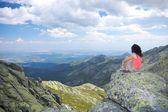 Sitzen und betrachten wolkengebilde — Stockfoto