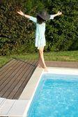Kobieta na basenie kącik — Zdjęcie stockowe