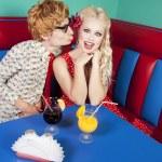 grappige kerel zoenen een vriendin — Stockfoto