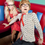 nerdy kerel ontsnappen aan zijn vriendin — Stockfoto
