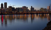 Portland Oregon skyline and bridge at dusk. — Foto de Stock