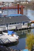 Een drijvende home en een zeilboot, portland of. — Stockfoto