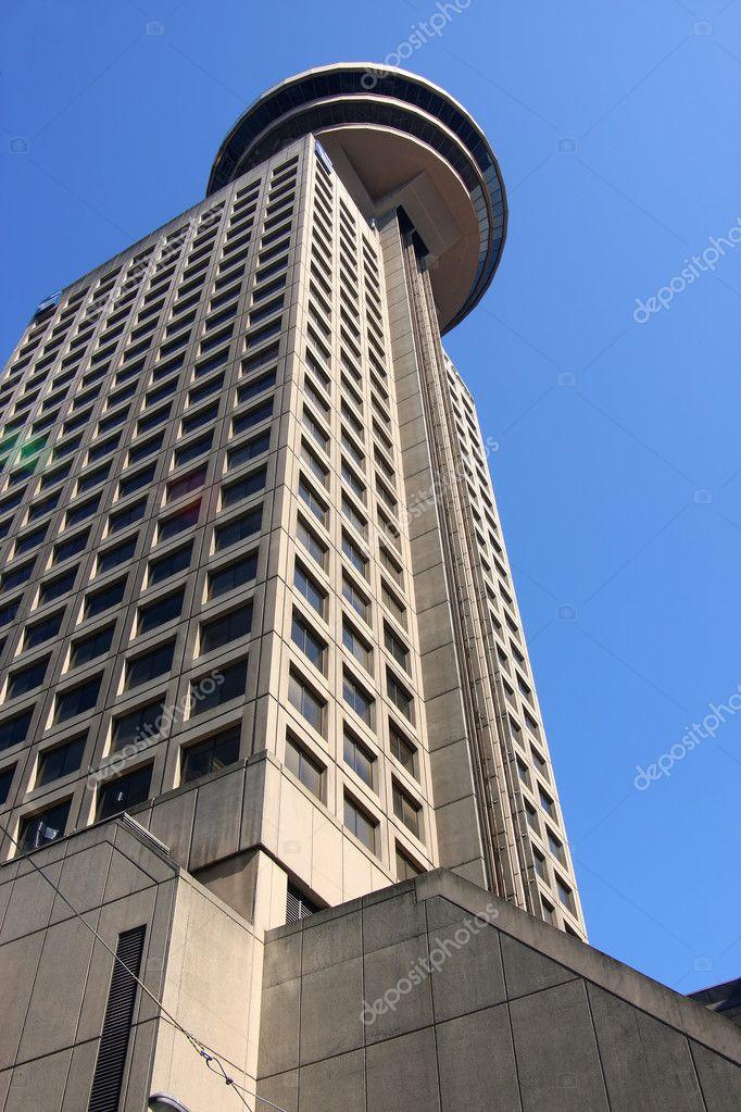 altura del edificio con un restaurante giratorio de la torre u imagen de stock