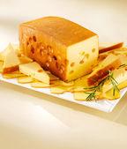 Arreglo con un plato de queso radamer. — Foto de Stock