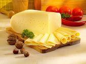 Arranjo com queijo apetitoso na mesa da cozinha. — Foto Stock