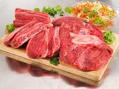 Raw beef shank on a cutting board — Stock Photo