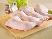 Fresh raw chicken legs arrangement on kitchen board — Stock Photo