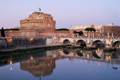 A view of Castel Sant'Angelo and the bridge over the Tiber in Ro — Stockfoto