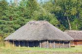 Starożytne stodoła z dachu krytym słomą — Zdjęcie stockowe